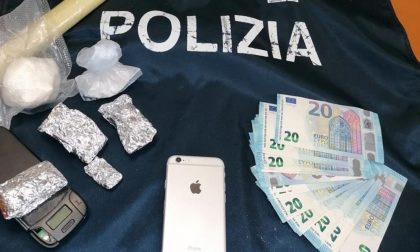 """Nasconde la """"coca"""" nella mascherina tenuta sotto il mento: arrestato pusher"""
