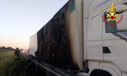 Mezzo pesante prende fuoco in autostrada, Vigili del Fuoco sulla A1