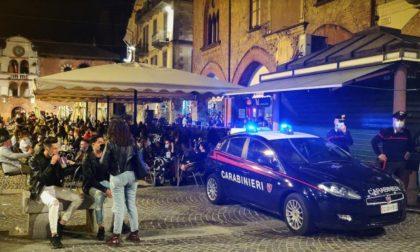 Gli chiedono di non disturbare e di usare la mascherina: lui si oppone e minaccia i Carabinieri