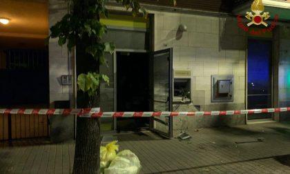 Fanno esplodere il bancomat nella notte: gravi danni all'ufficio postale