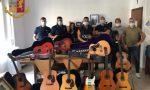 Gli rubano la chitarra appartenuta a Elvis Presley: i poliziotti la recuperano FOTO