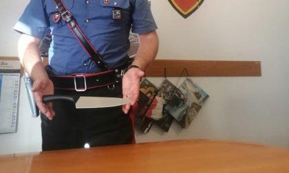 Armato di coltello da cucina inveisce contro i passanti: paura in piazza della Vittoria
