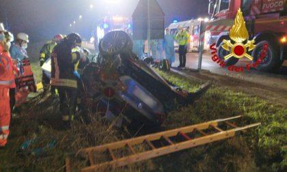 Auto sbatte contro palo della luce, poi si ribalta: morta una ragazza, due gravi FOTO