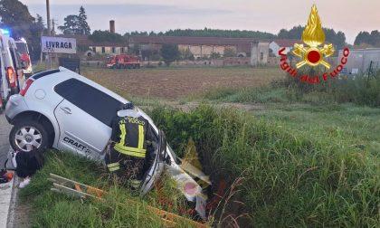 Perdono il controllo dell'auto e finiscono in un fosso: due feriti in ospedale
