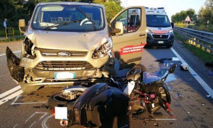 Scontro tra scooter e autovan: traffico paralizzato sulla Vigevanese