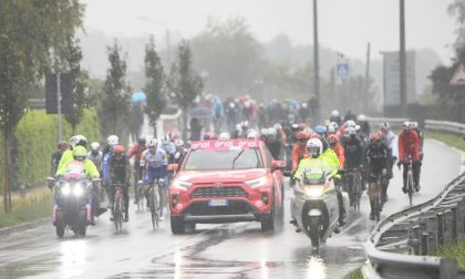 Giro d'Italia 2020: corridori protestano causa maltempo. Tappa ridotta e nuova ripartenza