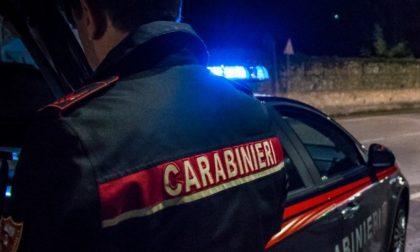Notte di follia a Dorno: aggredisce il padre, poi i vicini di casa e infine i Carabinieri
