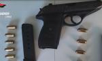 Litiga con il noleggiatore dell'auto e gli punta una pistola in faccia VIDEO