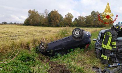 Scontro frontale, auto si ribalta in un campo: feriti due giovani FOTO