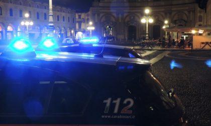 Aggredisce una donna che si barrica in auto, poi sferra una testata ad un carabiniere