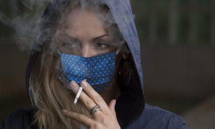 Abbassa la mascherina per fumare, multa di 400 euro a una barista
