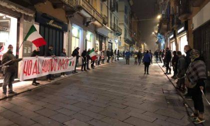 """""""Catena"""" di baristi e ristoratori in centro a Pavia contro l'ultimo Dpcm FOTO"""
