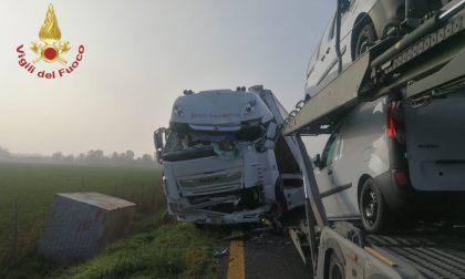 Schianto tra mezzi pesanti in autostrada, autista incastrato tra le lamiere