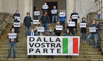 """Flash mob della giunta Fracassi a Palazzo Mezzabarba: """"Siamo dalla vostra parte"""""""