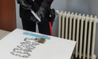Chiude in casa il vicino con catena e lucchetto, poi minaccia i carabinieri con un coltello