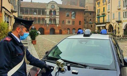 Con un barattolo pieno di mariujuana in piazza della Vittoria: denunciato