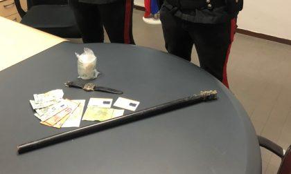 Sorpreso a nascondere cocaina (e non solo) in un terreno: arrestato pusher 27enne