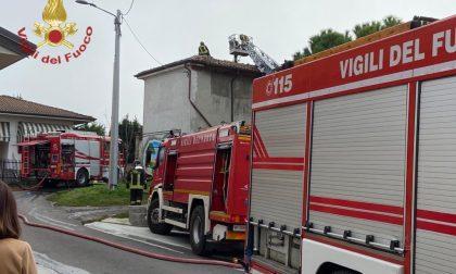 Incendio tetto a Torrazza Coste, fiamme domate in 3 ore FOTO