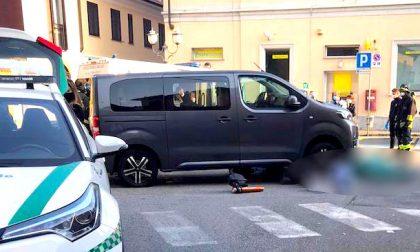 Donna muore investita da un mini van: inutili i soccorsi