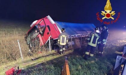 Mezzo pesante ribaltato in autostrada, autista soccorso lungo la A1 FOTO