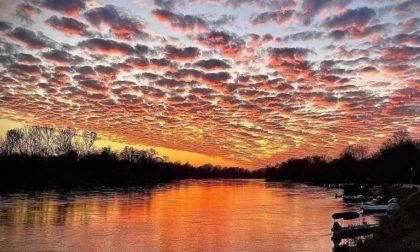 Che tramonto meraviglioso! Le FOTO (spettacolari) del cielo di Pavia