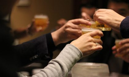 Serve alcolici oltre l'orario consentito: multa a titolare e clienti (e negozio chiuso)