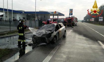 Vettura prende fuoco vicino a un distributore di benzina, arrivano i Vigili del Fuoco