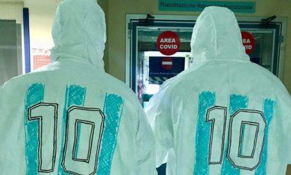 Sui camici dei medici e infermieri della Maugeri l'omaggio a Maradona