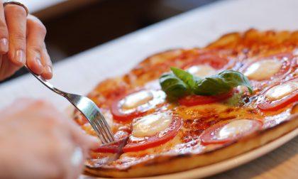 Pizzeria aperta oltre l'orario consentito: scattano le sanzioni per titolari e 10 clienti