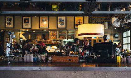 Gente che consuma al bar e fruttivendolo pieno di clienti: attività chiuse