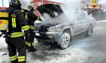Fuoristrada a fuoco a Pieve del Cairo, veicolo semidistrutto FOTO