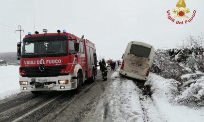 Pullman e auto fuori strada: numerosi gli interventi per la fitta nevicata FOTO