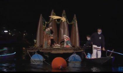 Il bellissimo VIDEO della deposizione del Gesù bambino nel Presepe galleggiante
