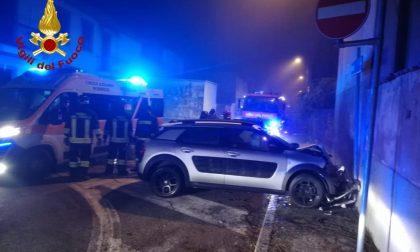 Si schianta in auto nella notte contro un muro: la conducente in ospedale FOTO