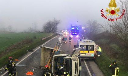 Frontale tra furgone e auto: 4 persone incastrate nelle lamiere, un morto FOTO