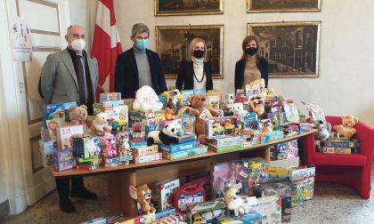 """""""Un giocattolo sospeso"""": consegnati al Vescovo Sanguineti i giochi raccolti per i bambini meno fortunati"""