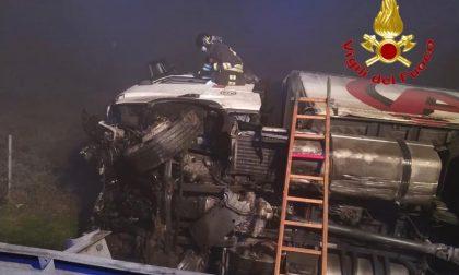 Paura in autostrada, tir sfonda il guard rail e si ribalta sulla A1