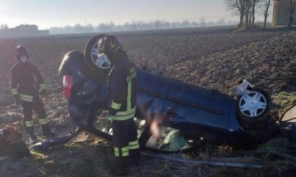 Auto esce di strada e si ribalta in un campo, conducente incastrato tra le lamiere
