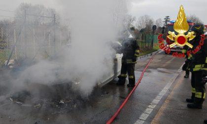 Vettura a fuoco in strada: le foto dell'intervento dei Vigili del Fuoco