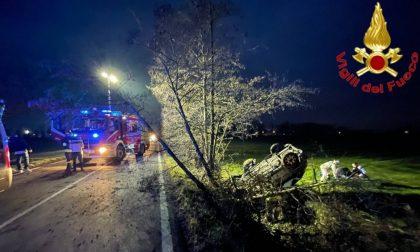 Esce di strada e si ribalta in un fosso, 42enne incastrata tra le lamiere: il video dell'incidente