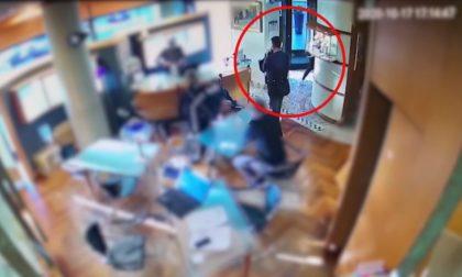 Rubano due anelli in gioielleria, presi mentre tentano di rapinare un anziano al supermercato