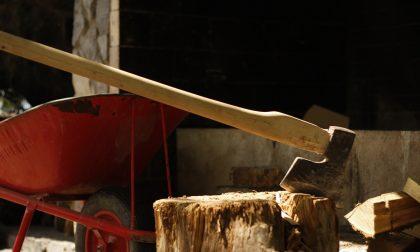 Un uomo di 63 anni muore colpito da infarto mentre taglia la legna