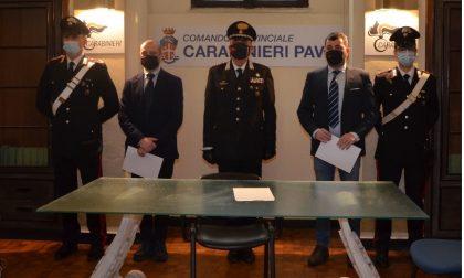 Salvarono coppia intrappolata in auto dopo incidente stradale: premiati due carabinieri