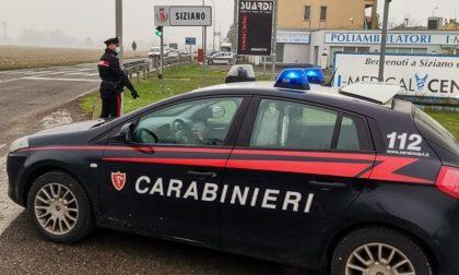 Vedono la pattuglia e scappano causando un incidente, i Carabinieri li fermano e parte l'aggressione