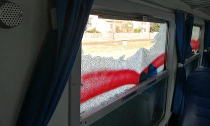 Atti vandalici contro due convogli della Milano-Stradella: rubati i martelletti frangivetro e rotti diversi finestrini