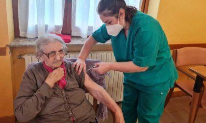 """Nonna Epifania (93 anni) ospite della RSA """"Villa il Gioiello"""" di Rivanazzano riceve il vaccino anti Covid"""