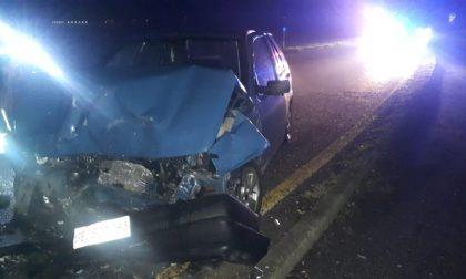 Tre feriti in via Lardirago per uno schianto frontale tra due vetture
