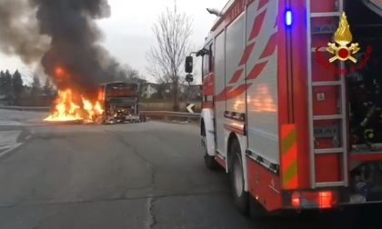 Pullman di linea divorato dalle fiamme, passeggeri e autista salvi: il video del rogo