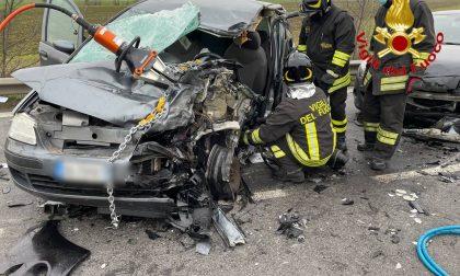 Incidente stradale sulla Ss 235, tre auto e un'autobotte coinvolte: arriva l'elisoccorso