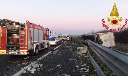 Le foto del tamponamento tra camion in A1: uno distrutto, l'atro finisce fuori strada